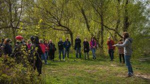 Spotkanie przedstawicieli domów kultury nad Wisłą - uczestnicy stoją w kręgu, Łukasz Poławski z ZZW opowiada o ochronie przyrody nad Wisłą