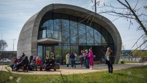Spotkanie z przedstawicielami domów kultury w Pawilonie Edukacyjny Kamień - ludzie rozmawiają przed budynkiem