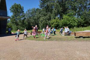 Dzieci biegają podczas warsztatów edukacyjnych przed Pawilonem Edukacyjnym Kamień