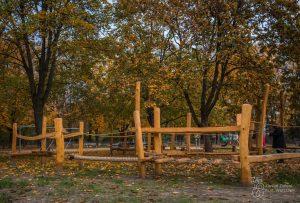Urządzenia z drewna na placu zabaw w Parku Praskim