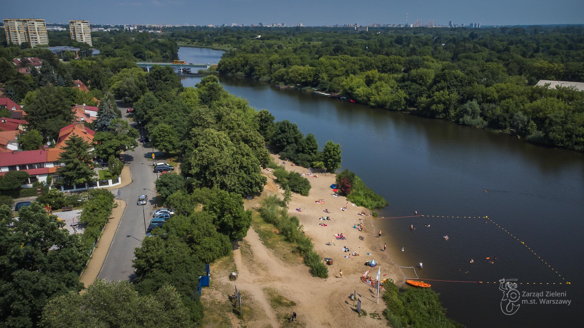 Ludzie wypoczywają na plaży nad Jeziorkiem Czerniakowskim