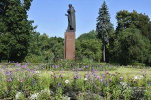 Letnie kwiaty wokół pomnika House'a w Parku Skaryszewskim